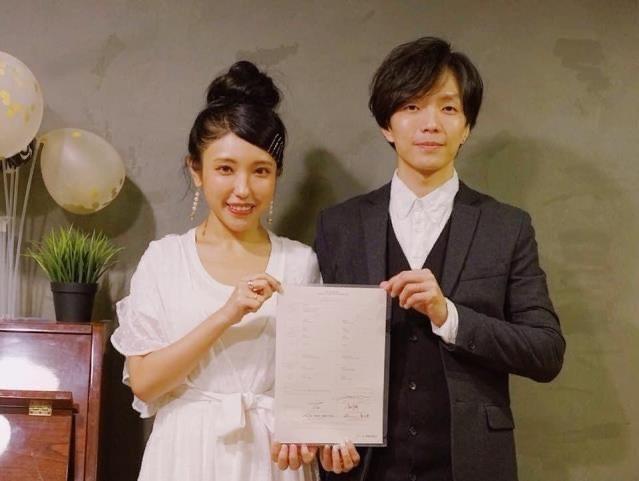 鍾舒祺(左)2019年與樂隊Ever吉他手李恒韜低調登記結婚。圖/摘自IG
