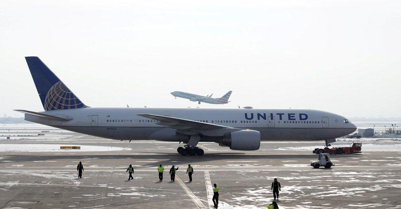美國聯合航空一架波音777客機在空中發生引擎起火事故後,聯航和日本、南韓都已停飛使用同型發動機的777。圖為芝加哥機場一架聯航777-200客機。(路透)