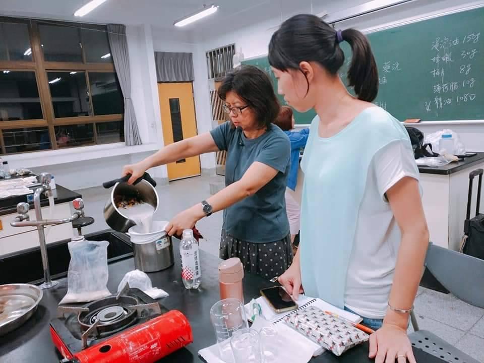 新莊社區大學的手工皂講師薛淑芬用一技之長幫助更多女性走出新人生。  圖/薛淑芬...