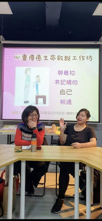 薛淑芬(左)跟女兒一起分享生命經驗,用行動支持女性朋友。 圖/薛淑芬提供