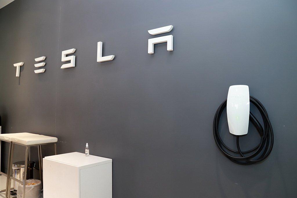 特斯拉導入第三代壁掛式充電座,藉此提升目的地與家用充電使用效能。 記者張振群/攝...