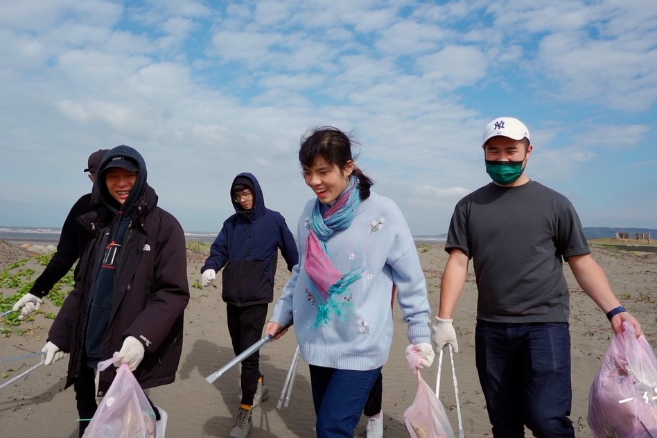 一件襯衫/她創立淨灘組織 花八年清出上萬公斤垃圾的堅持