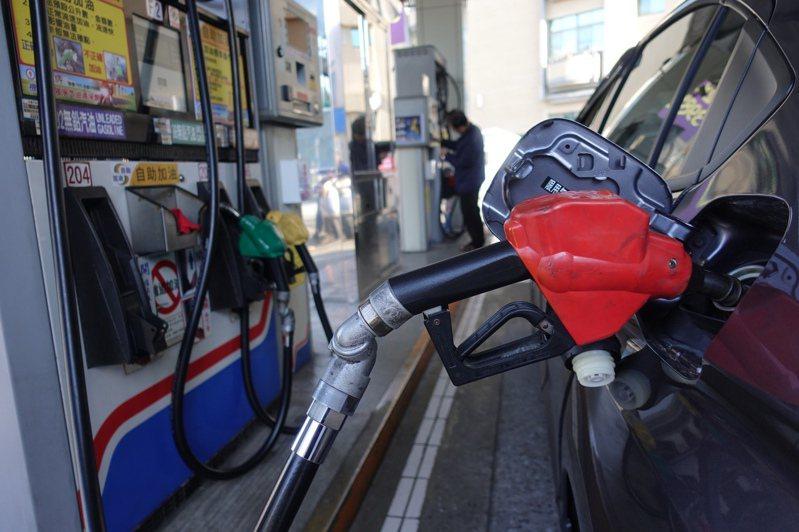 國際油價回升,國內油價也緩緩漲價,其實根據每周中油的油價發布可知,被中油吸收的幅度、遠比實際漲價幅度的多。 中央社