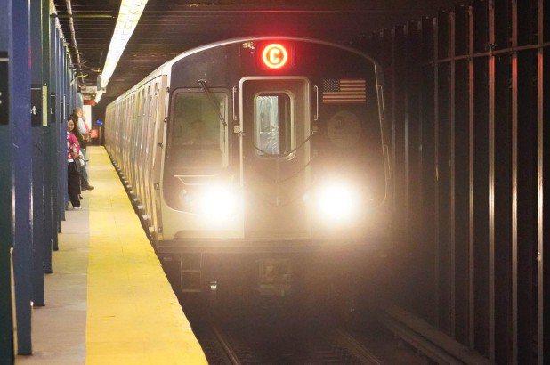 女子帶2歲兒搭乘曼哈頓地鐵C線遭毆打。圖/取自nypost