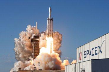 富豪星際爭霸戰(下):雲端、衛星與國防,誰能把握太空經濟先機?