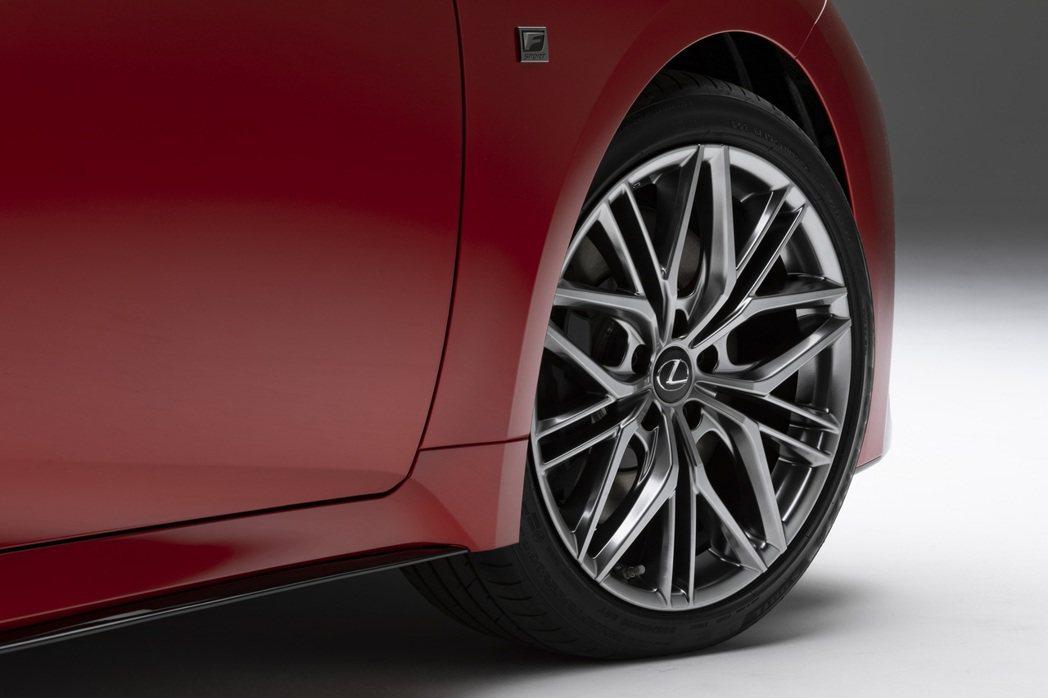 19吋10幅式Enkei鋁圈。 圖/Lexus提供