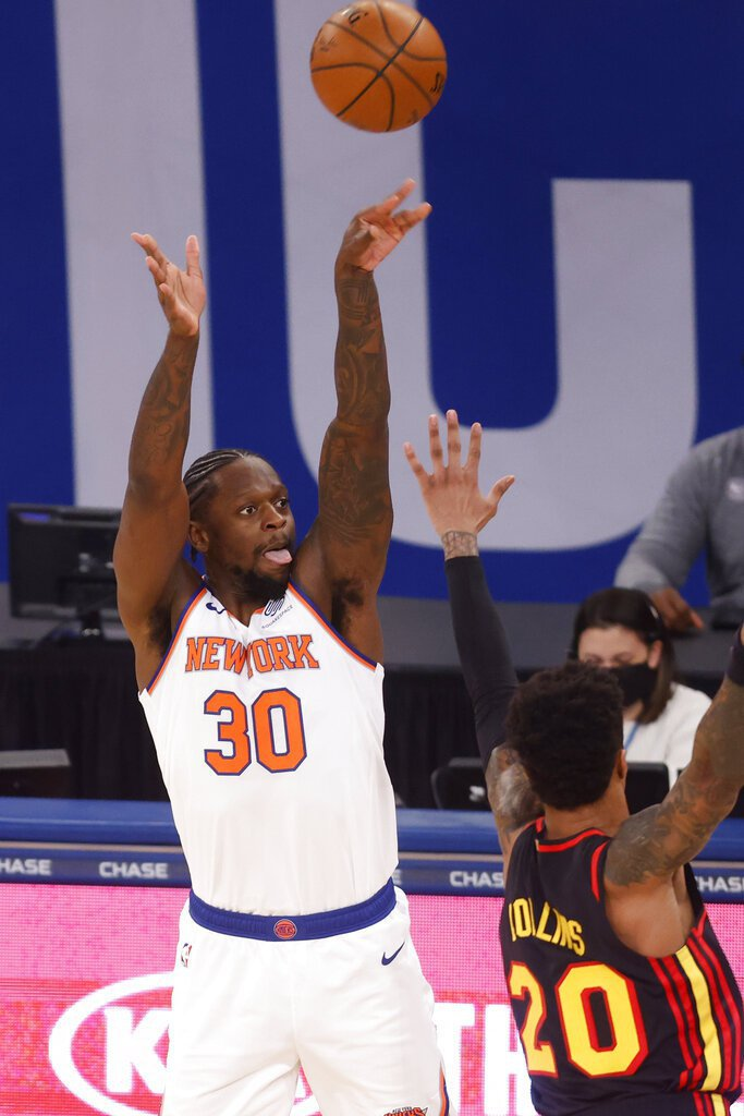 布萊恩(Kobe Bryant)退休戰狂轟60分,藍道(Julius Randle)爆料自己一度想出手來幫助球隊。 美聯社。