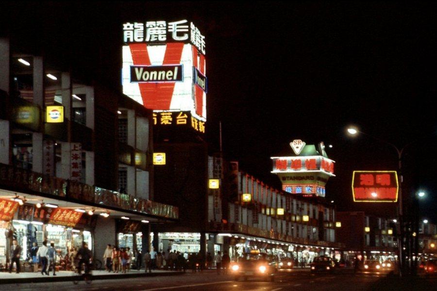 全盛時期,中華商場頂樓高掛十餘座霓虹燈廣告塔。圖為1980年代晚期中華商場夜間景致。 圖/作者提供