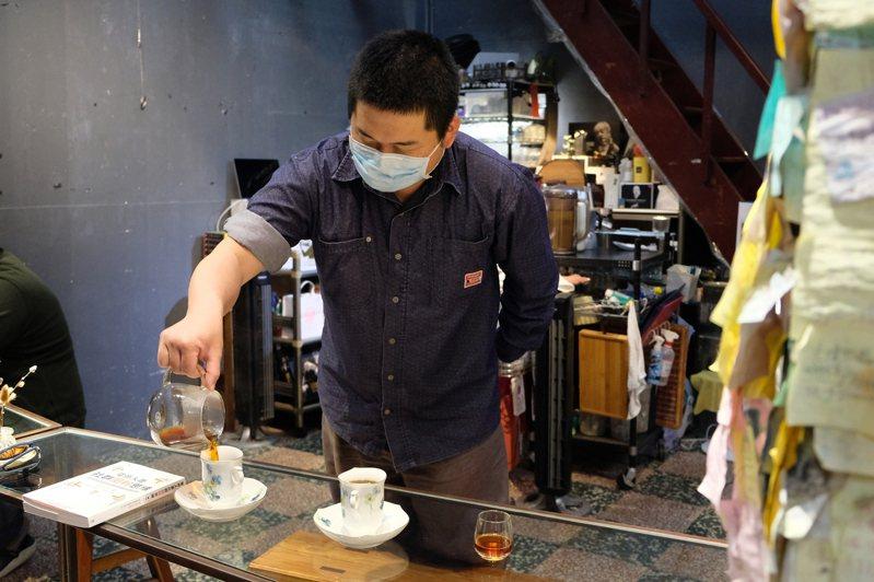 大頭哥親手為每一位來店客人奉上一杯咖啡。(圖/金大佛提供)