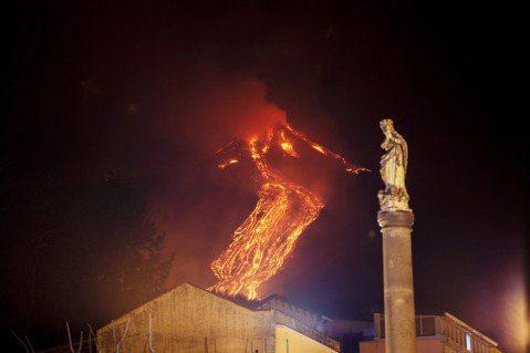 今年埃特納火山噴發時的卡塔尼亞城。 圖/美聯社