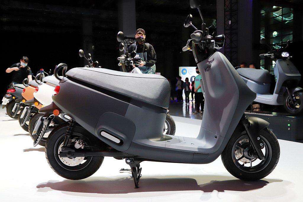 Gogoro VIVA MIX輕量化鋁合金輪圈,10吋輪胎讓坐姿更舒服,高度更是...