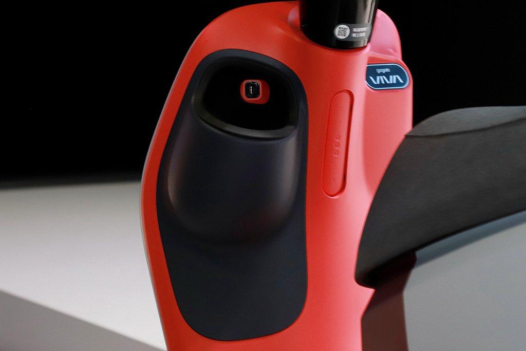 Gogoro VIVA MIX Belt車款配有置杯架,並且內有防滑橡膠提供穩定...