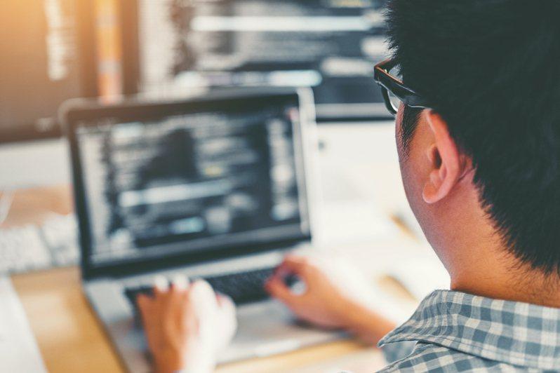一名年近45歲的軟韌體工程師投了履歷至多家公司,都未得到回應,讓他懷疑年齡較高的工程師是否難以找到工作。示意圖/Ingimage