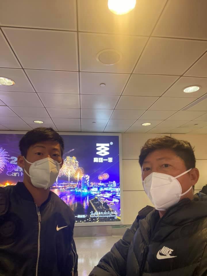 曾俊欣(左)於23日晚間已返抵台灣,右為父親曾信德。 擷圖自曾俊欣臉書