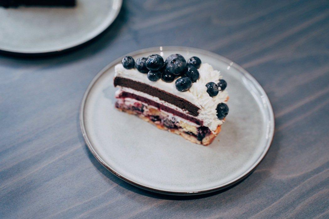 Sweet Tooth推出期間限定「藍莓巧克力乳酪塔」,多層次風味甜而不膩。...