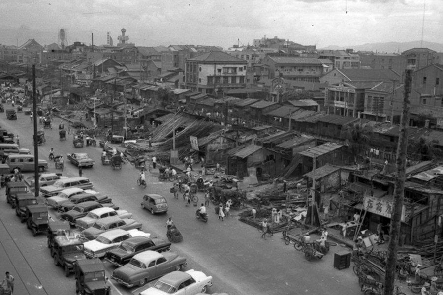 台北市政府拆除中華路鐵路東側的850間雜亂違建,隔年改建八棟三層樓的「中華商場」。圖攝於1960年。 圖/聯合報系資料照