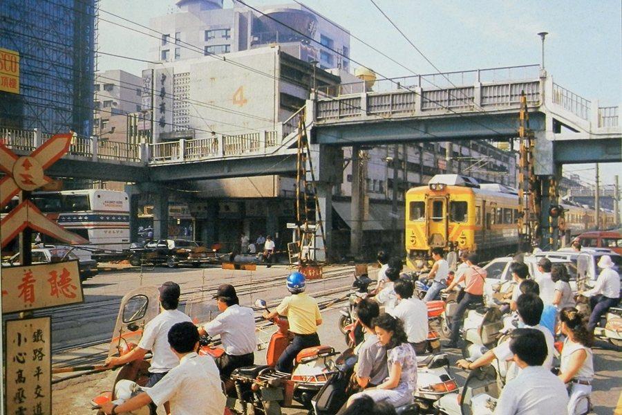 回溯台北市中心區公有市場的歷史淵源,恰巧皆與位居邊界道路要衝的橋梁空間有關。圖為台北市中華路平交道,攝於1988年。 圖/作者提供