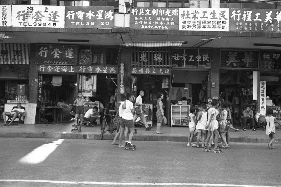 孩童在中華商場人行道上溜冰,及在中華路安全島內遊戲,攝於1967年。 圖/聯合報系資料照