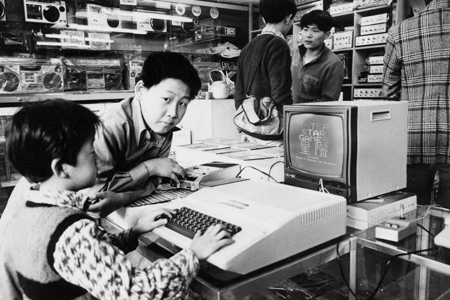 繼電動玩具後所興起的家用電腦﹙蘋果二號﹚,曾經中華商場中的電器行非常流行,攝於1983年。 圖/聯合報系資料照