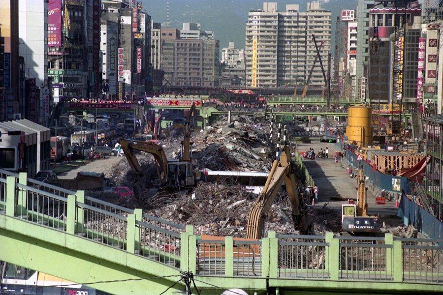 但這些建物落成後,就以其複雜和迷人的方式,各自生長、壯大和衰落。圖為中華商場於1992年陸續拆除。 圖/聯合報系資料照
