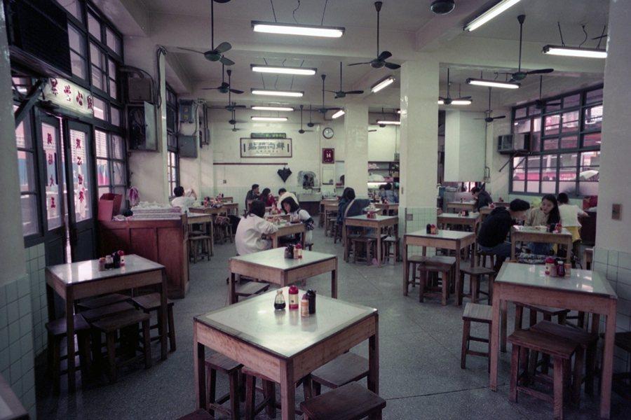 從中華路一帶飲食店家的發展和轉變,足可映照這幾十年來台灣社會變遷的痕跡。圖為「點心世界」內部裝潢,攝於1992年。 圖/聯合報系資料照