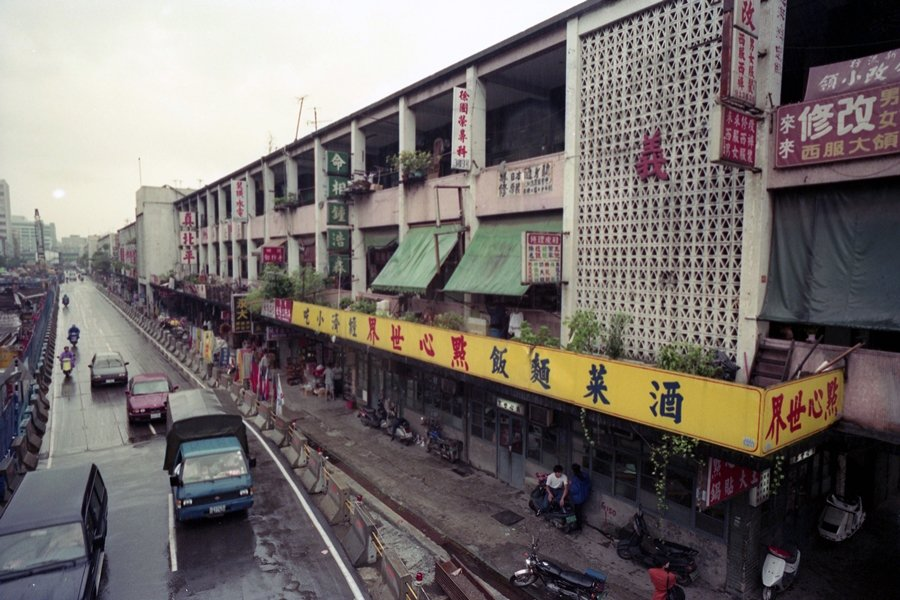 整個中華商場最負盛名的,還有位在義棟一樓「點心世界」的招牌鍋貼配酸辣湯。圖攝於1992年。 圖/聯合報系資料照