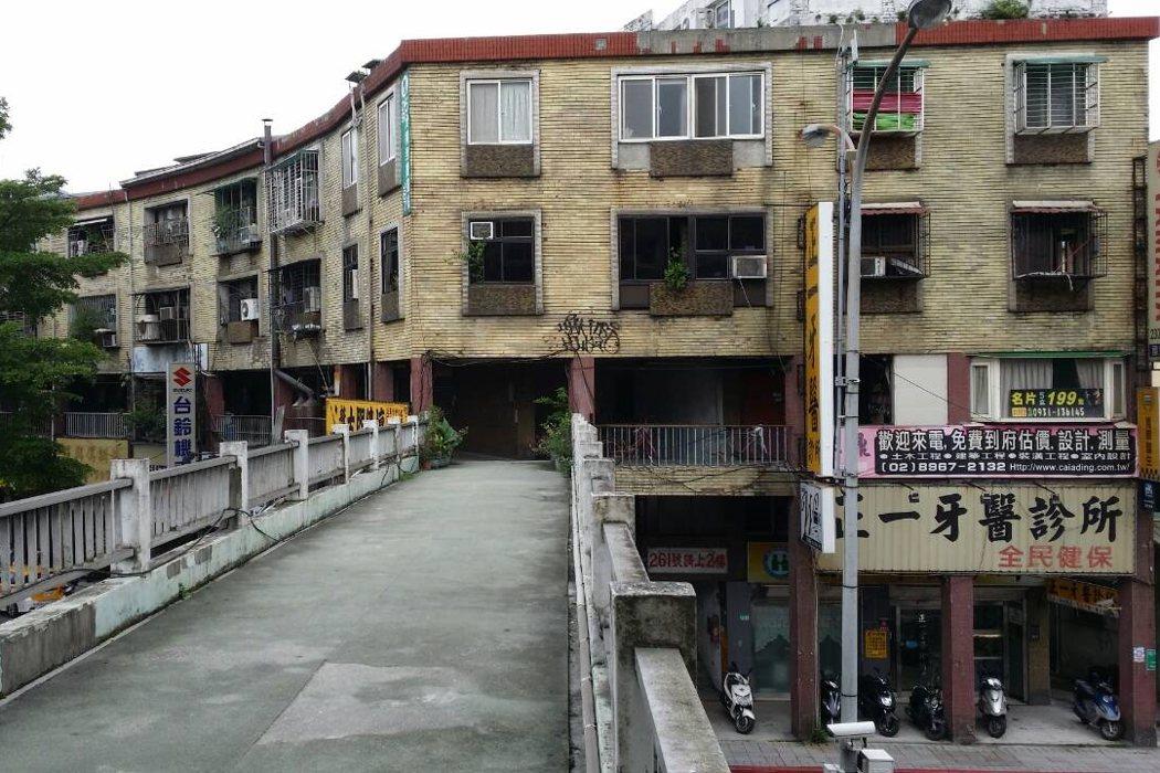 建造於上世紀七〇年代,由環形天橋串聯四棟公寓(一樓挑高,二樓則有天橋走廊連接)的「華江整建住宅社區」。圖攝於2016年。 圖/聯合報系資料照
