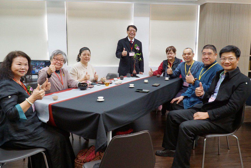大葉大學李世傑院長(左四)榮任台灣茶協會理事長。 大葉大學/提供。