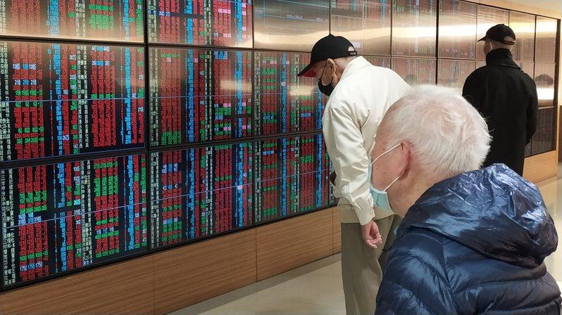 台股今(23)日受到美股跌多漲少影響,開盤下跌89.28點,開在16,320.88點。記者林俊良攝影/報系資料照