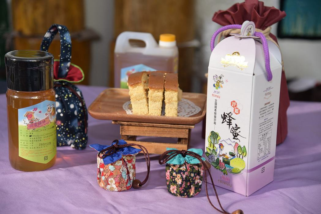 洪月英透過勞動部微型創業鳳凰的創業研習課程,研發出運用米穀粉製作的蜂蜜蛋糕等特色...