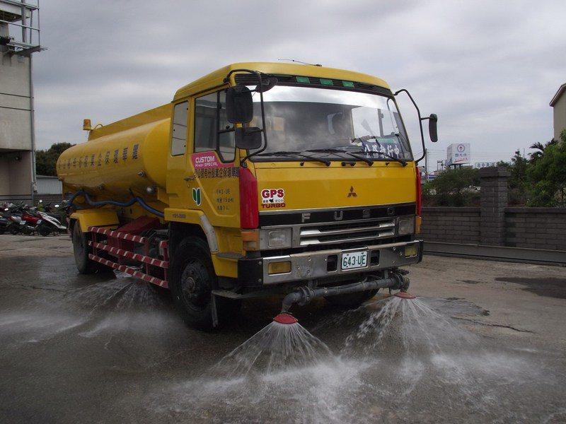 因應水資源吃緊情況,台積電今日表示,北中南部份廠區今天起開始執行以水車少量載水。報系資料照