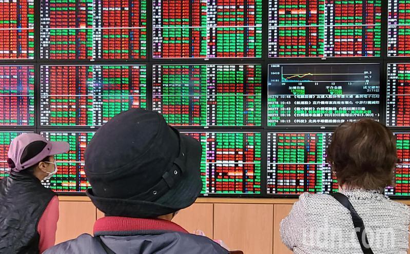 台股今(23)日受到美股跌多漲少影響,開盤下跌89.28點,開在16,320.88點。記者曾學仁/攝影