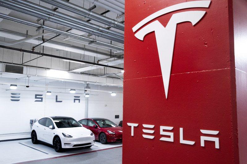 TrendForce旗下半導體研究處表示,隨著自駕等級的提升、5G基礎建設的普及等因素,車用記憶體未來需求將高速增長。圖維特斯拉。  歐新社