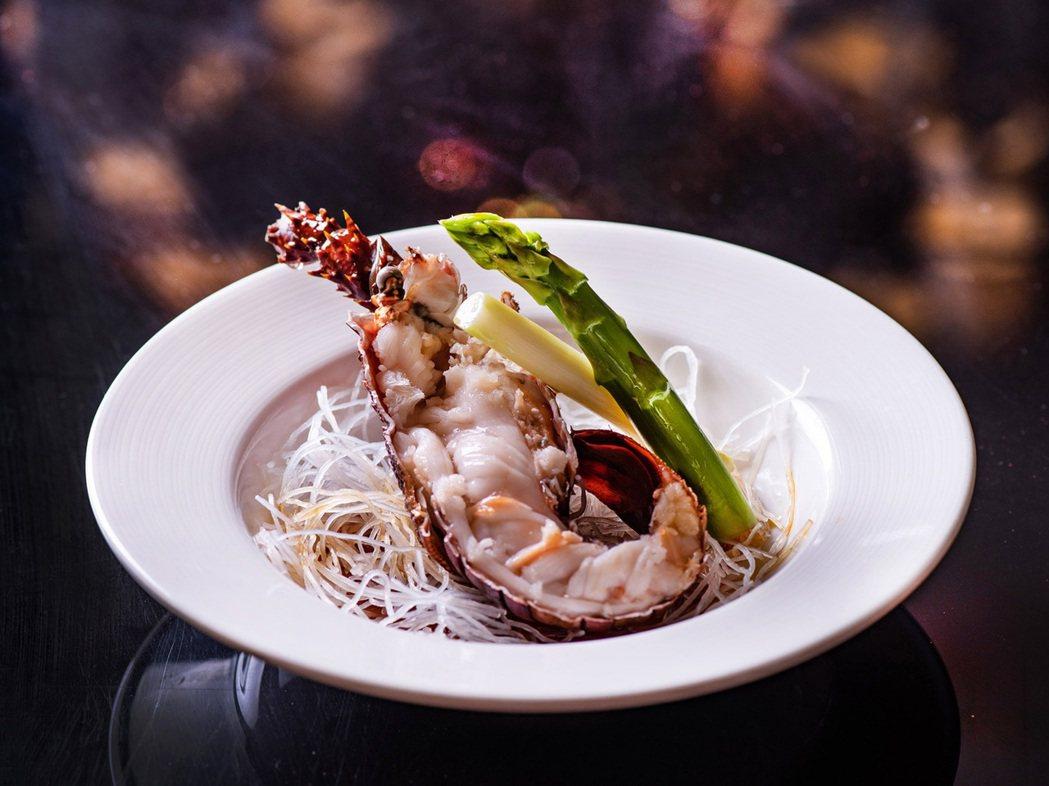 套餐主菜「清蒸龍蝦」選用市面上少見的活體珍珠龍蝦,只以需清蒸簡單調味,就能吃出高...