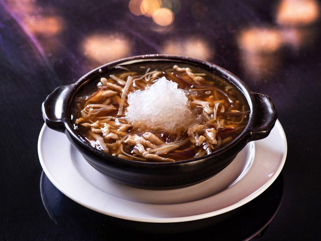 套餐包含湯品「紅燒碗仔燕窩羹」,將經典港式碗仔翅作法升級,加入口感細膩、味道香醇...