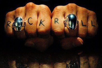 法國知名電音團體「傻瓜龐克」今天透過影片宣布解散,片中保持一貫的晦澀風格,其中一人在沙漠中自爆的畫面讓樂迷不捨,曾與這個雙人組合作的美國歌手「菲董」也推文致敬。「傻瓜龐克」(Daft Punk)在社...