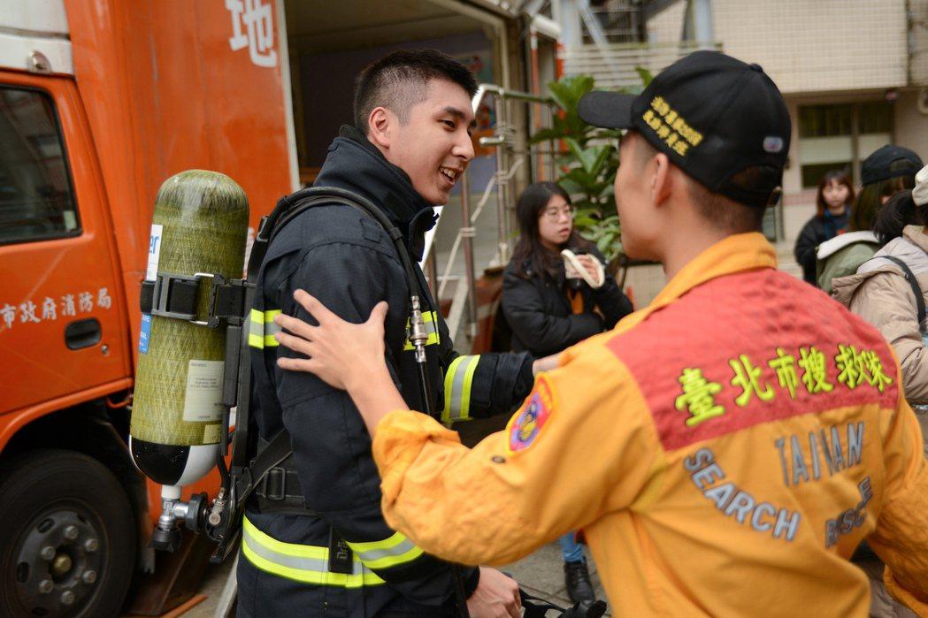 消防職人劇「火神的眼淚」為精準呈現打火兄弟真實樣貌,演員前期訓練、拍攝難度皆高,...