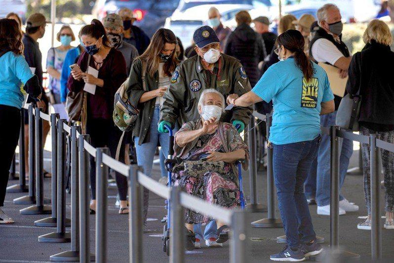 疫苗開始大規模施打後,出現樂觀結果。圖為美國民眾排隊施打疫苗。(Photo from網路截圖)