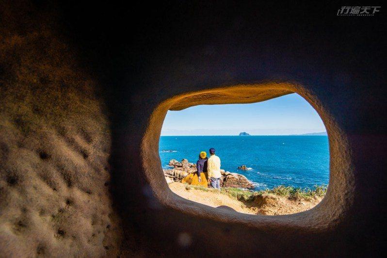 需要低著頭才能進入的碉堡,可從小窗眺望基隆嶼,形成天然畫框。
