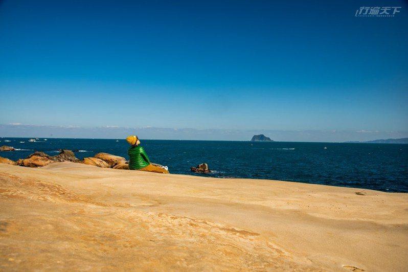 有太陽的時間來,坐在靠海的地方吹風曬太陽,好不爽快。