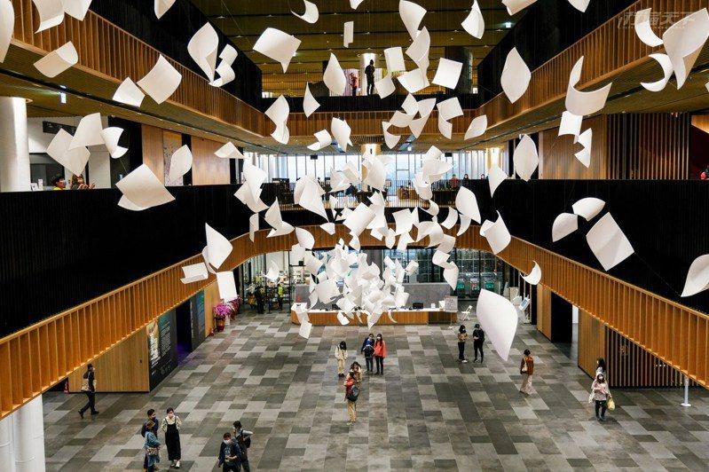大廳的主視覺藝術品「陣風Gustof Wind」凝結書頁隨風飛揚的瞬間,象徵圖書館傳達思想自由以及閱讀的快樂。