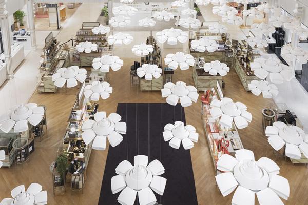 日本鬼才設計師佐藤大所領軍的nendo團隊在巴黎著名的Le Bon Marché百貨中打造的藝術裝置─「Ame Nochi Hana 雨花」,榮獲本次金獎。