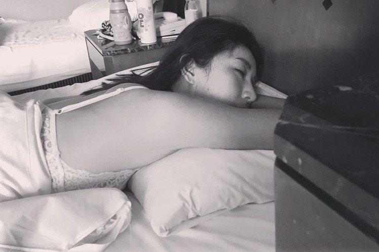 隋棠在IG上分享「女兒視角」,曝光多張女兒Lucy拍攝她的照片,戲稱「攝影集」的主題是「愛睡覺的娘」,因有多張照片隋棠都是躺在床上,也意外曝光隋棠私下性感一面,包括「下衣失蹤」居家服、細肩帶睡衣等,...