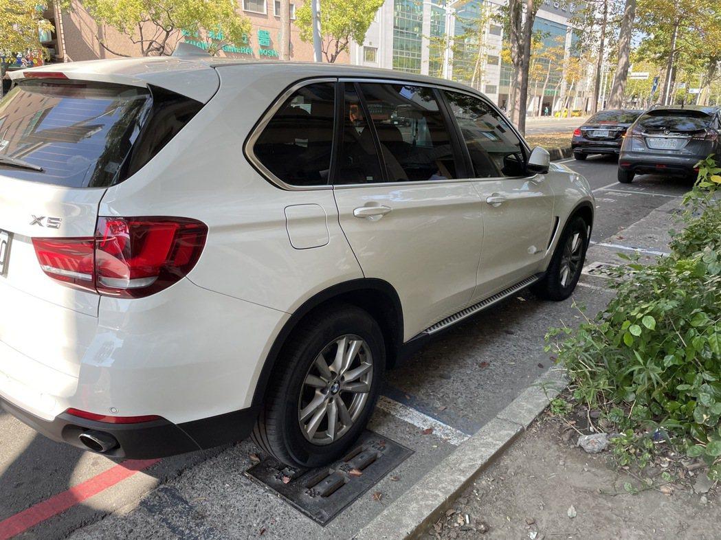 網紅「含羞草日記」成員「超艾夾」的進口休旅車被嫌犯持刀割出痕跡。記者林伯驊/攝影
