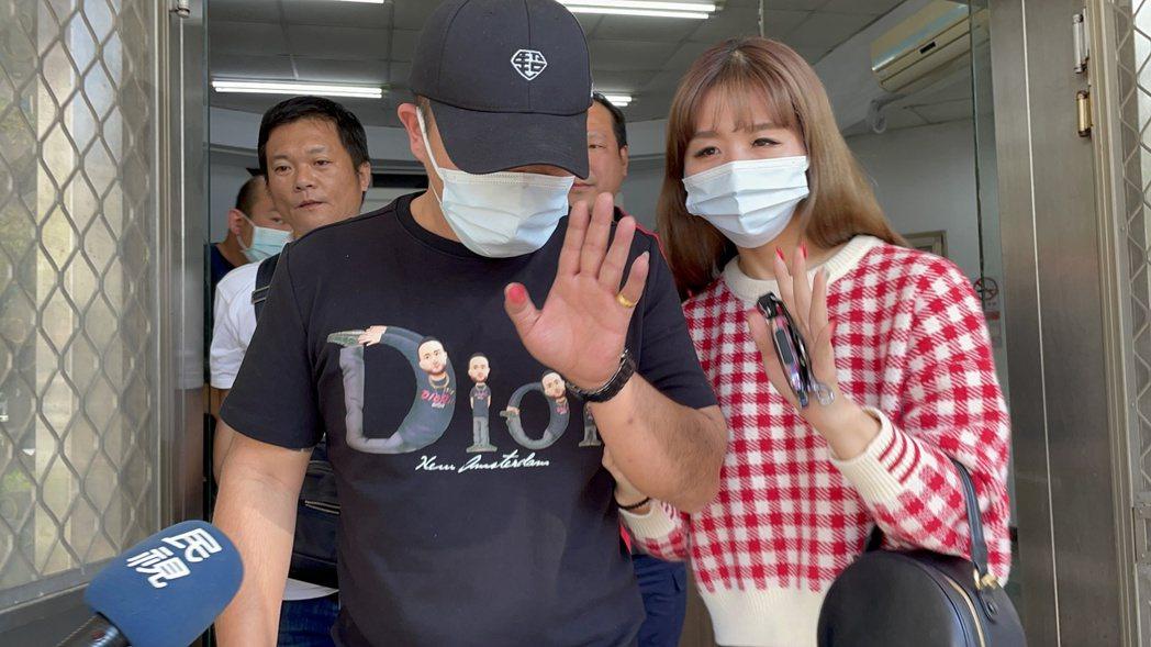 網紅「含羞草日記」成員「超艾夾」(前左)昨天在高雄苓雅區遭刺傷。記者林伯驊/攝影