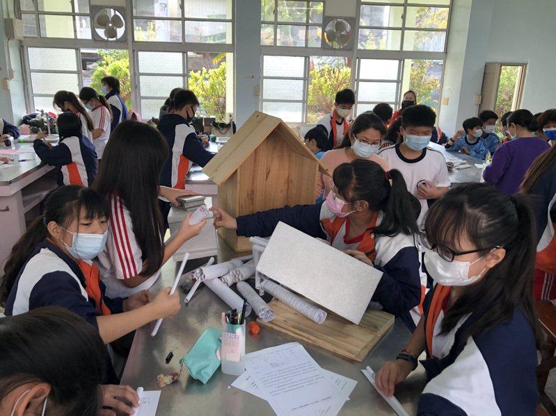 延平國中學生製作昆蟲公寓,營造校園友善棲地與環境。記者鄭惠仁/攝影