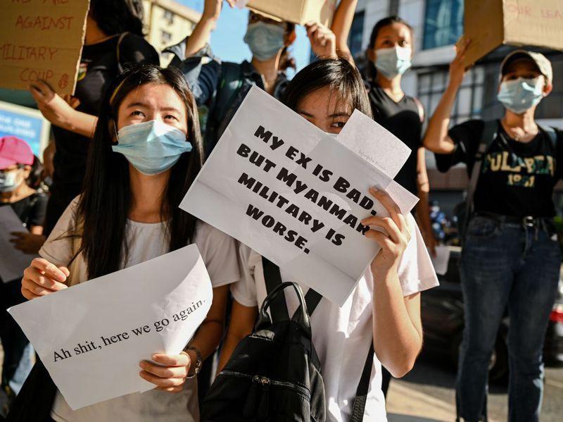 緬甸年輕示威者八日在最大城仰光抗議軍方政變,手上標語寫著「我的前男友很壞,但軍政府更糟糕」。法新社