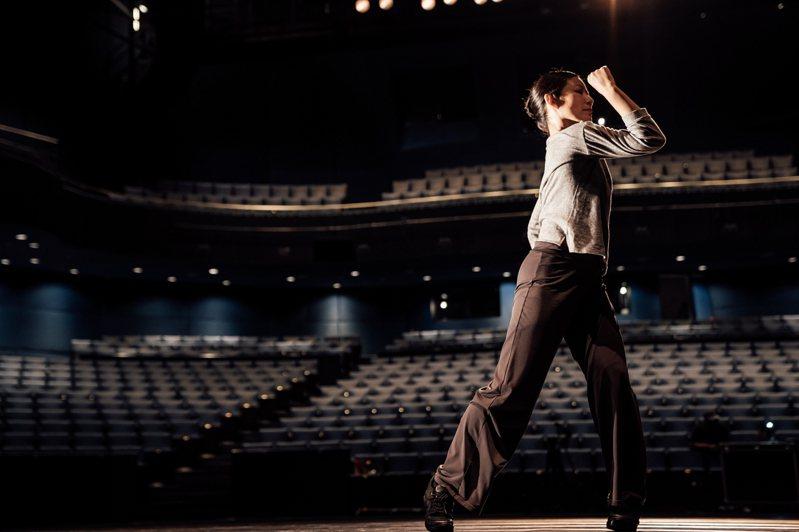 台中歌劇院「數位學苑」將講座現場錄影,剪輯再製後於歌劇院官方YouTube和Facebook觀看,以輕鬆幽默或具教育深度的內容提供民眾觀看。圖為雲門舞者周章佞現場舞蹈講解「什麼是舞蹈」。圖/台中歌劇院提供