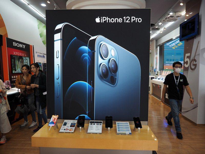蘋果公司推出的iPhone 12系列手機,有助其在去年假期購物季超過三星電子,成為全球最大智慧手機銷售商。歐新社