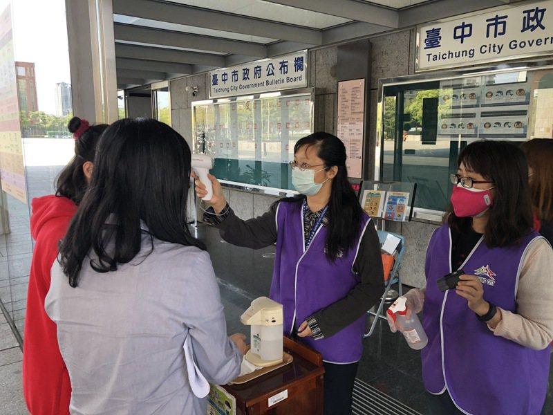 台中市長盧秀燕昨天指示衛生局行文中央,爭取市府所屬機構入口管制防疫人員納入接種對象,保障民眾洽公安全。圖/台中市政府提供
